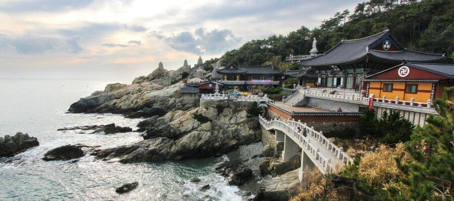 El templo en la costa rocosa en Busan, Yonggungsa