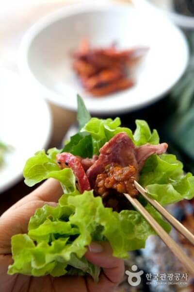 SSAM-Carne enrollada por lechuga y salsa de soja